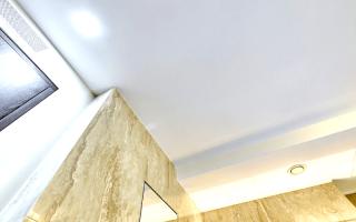 Какой потолок в зал глянцевый или