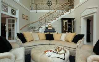 Дизайн зала в доме с лестницей