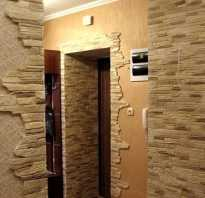 Сочетание декоративного камня и обоев в прихожей