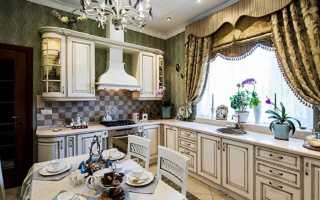 Интерьер кухни со шторами на окнах